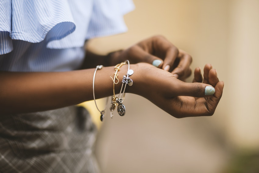 jeune femme avec bracelets au poignet