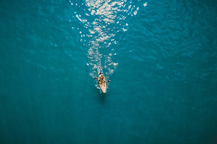 kayak au milieu de l amer eau turquoise