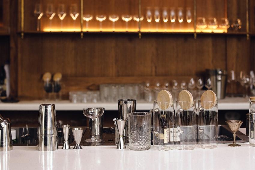 materiel de mixologie sur comptoir dun bar