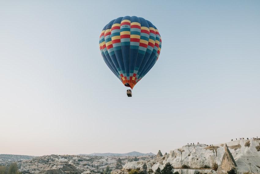 montgolfiere dans les airs au dessus dune montagne