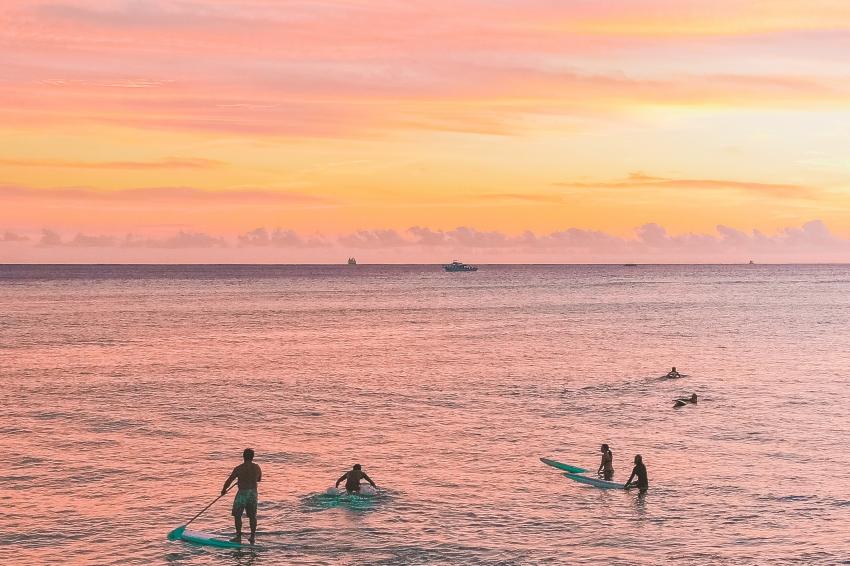 paddle sur la mer au coucher de soleil ciel rose