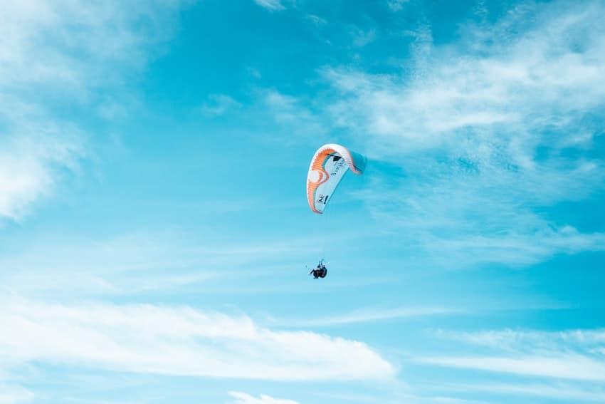 parapente qui vole dans le ciel