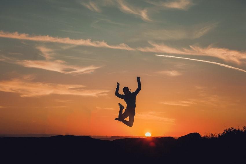 personne qui saute au coucher de soleil