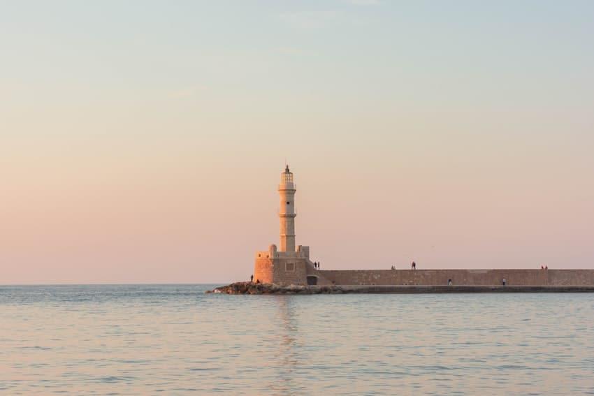 phare en mer avec coucher de soleil