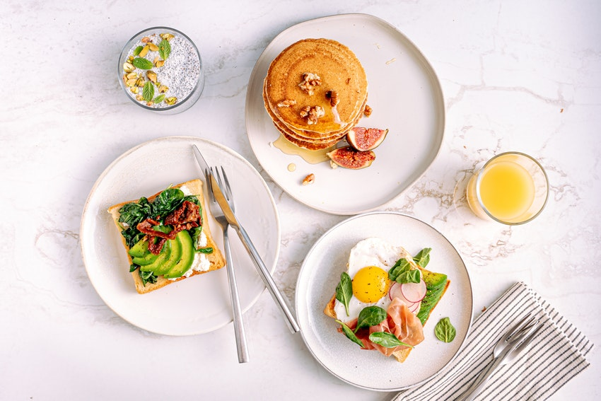 repas toast avocat saumon pancakes jus