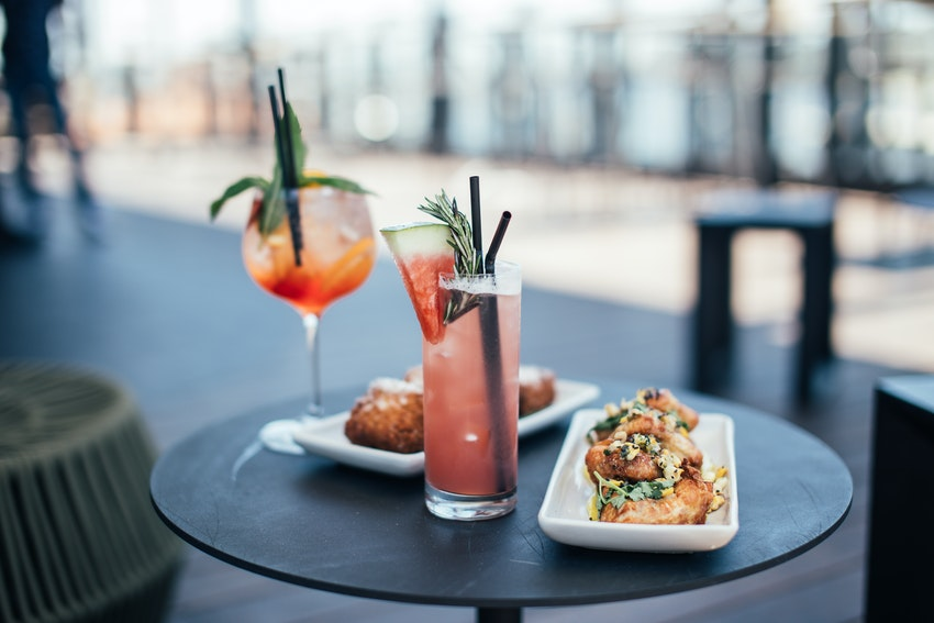 table en exterieure avec tapas et cocktails
