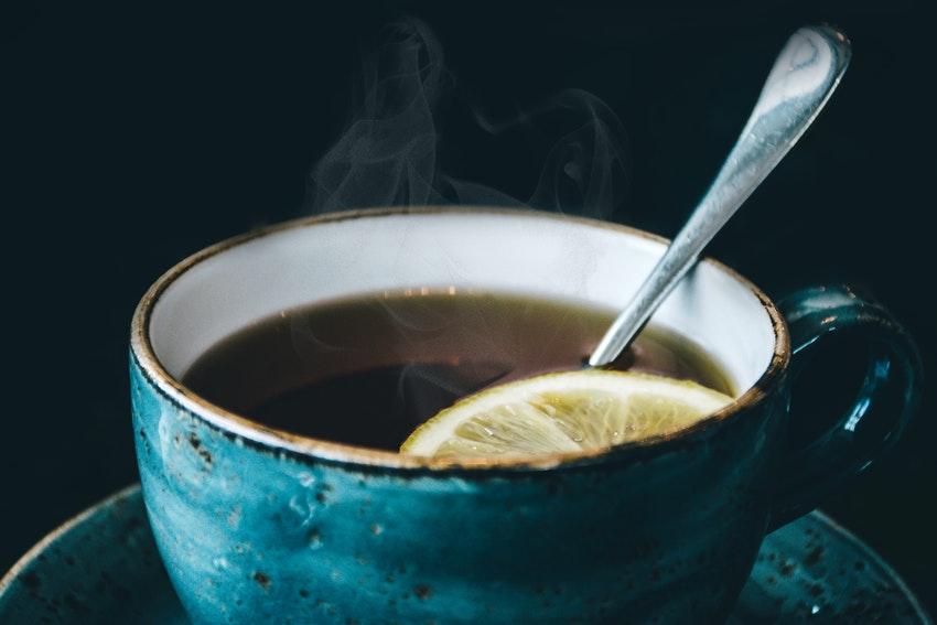tasse de the bleue avec du citron