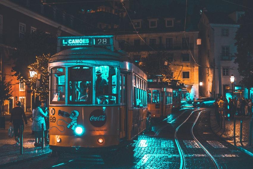 tramway jaune dans les rues de lisbonne de nuit